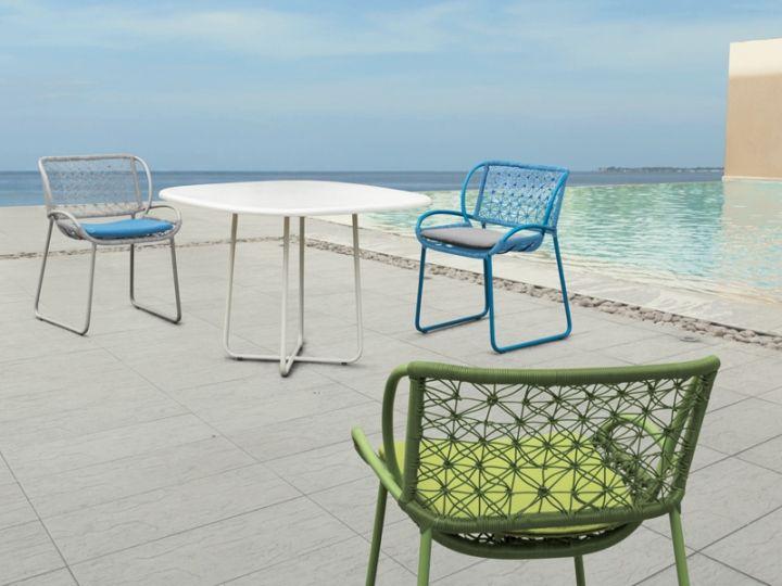 Очарователни фотьойли и маса на терасата