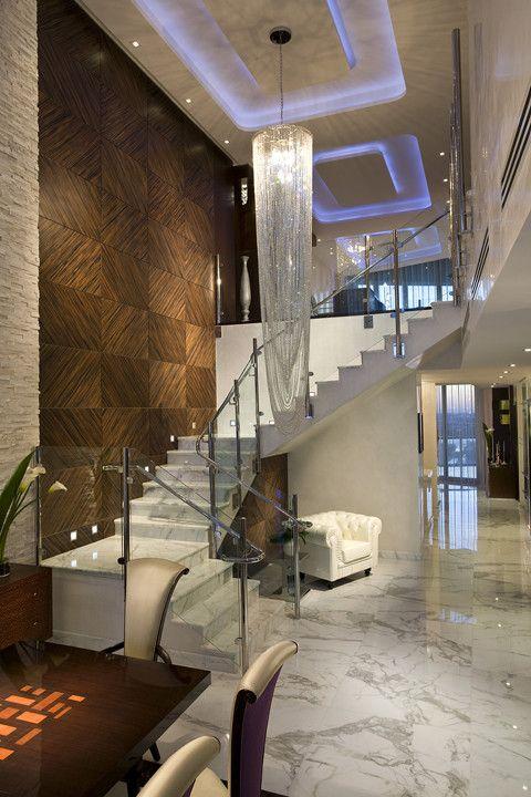 Шикарная хрустальная люстра в интерьере холла