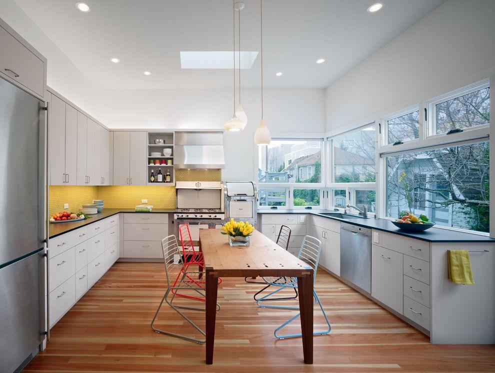Светодиодное освещение и подвесные светильники в интерьере кухни