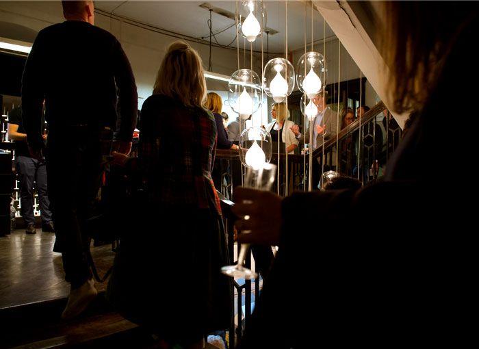 Оригинальное освещение в интерьере: светильник со стеклянными абажурами - Фото 1