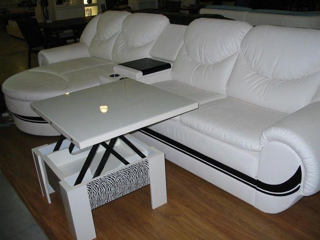 Красивый стол трансформер рядом с диваном