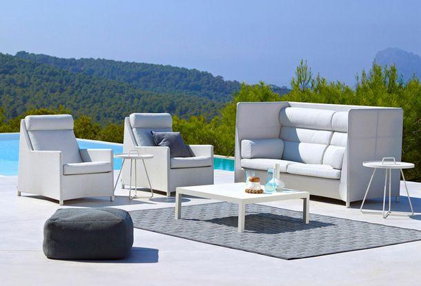 Мека мебел на терасата на басейна