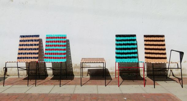 Оригинални фотьойли и маса до стената