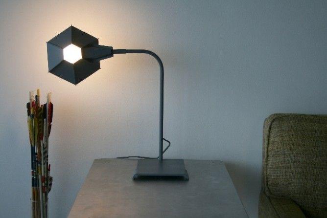 Оригинальная настольная лампа с шестиугольным абажуром
