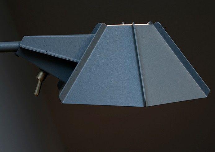 Оригинальная настольная лампа с абажуром из стали