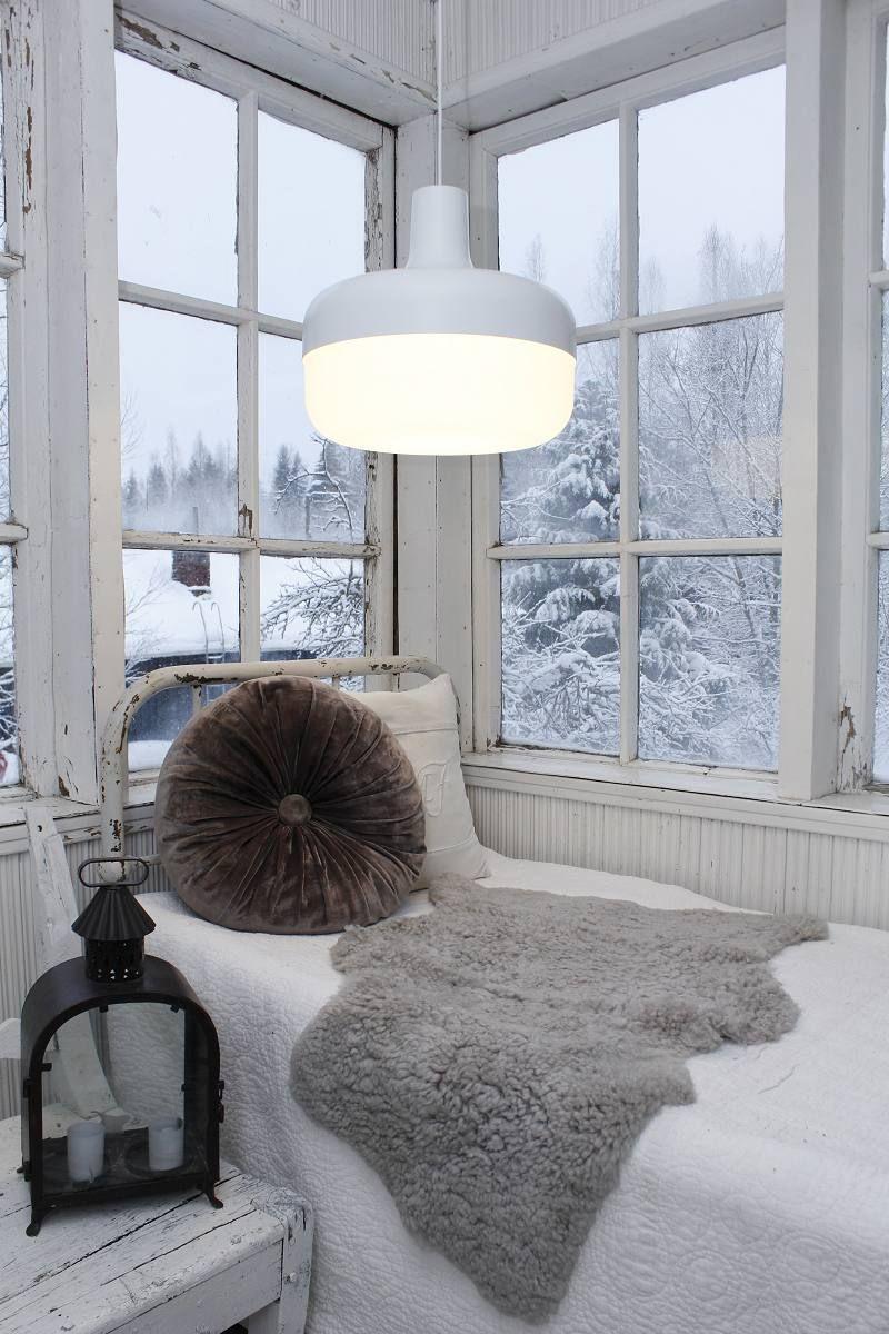 Оригинальное освещение в интерьере белой дизайнерской лампой