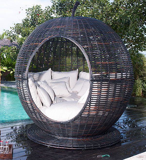 Кръгло кресло край басейна