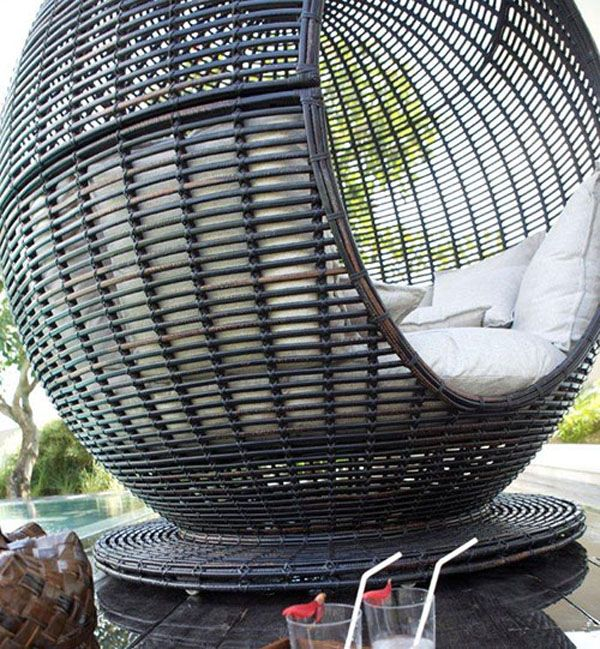 Прекрасен крак от плетен стол