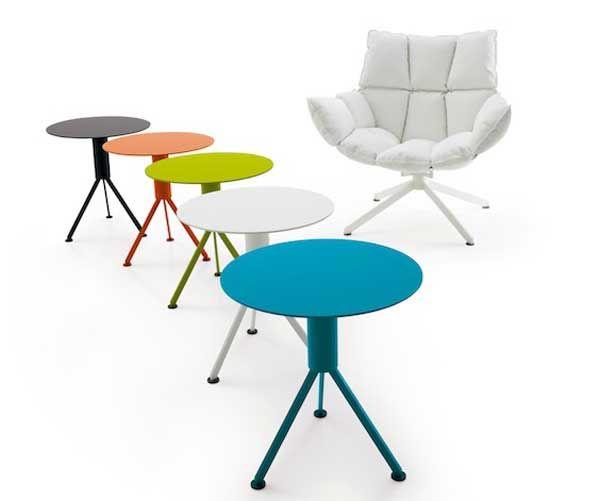 Креативнное кресло и яркие столики