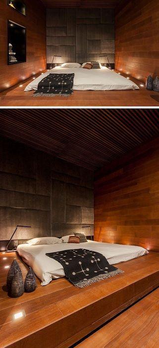Oszałamiające wnętrze powstało poprzez umieszczenie oryginalnego łóżka na podeście i dobór oświetlenia.