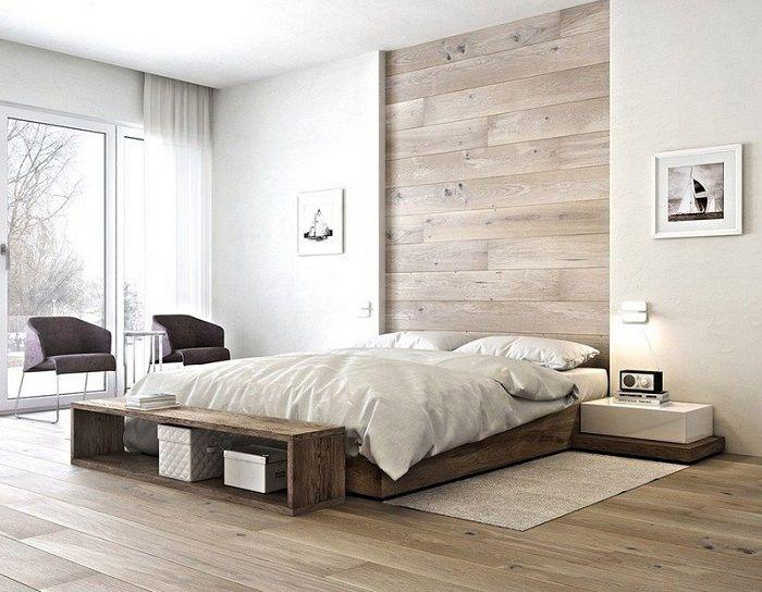 Doskonały przykład dekoracji wnętrza sypialni ze stromym łóżkiem na podwyższeniu.