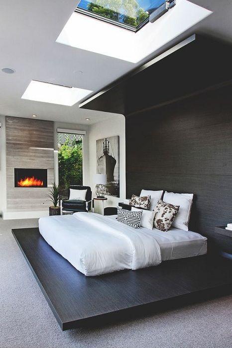Ciekawa opcja dekoracji sypialni w klasycznej kolorystyce i niestandardowym łóżku.