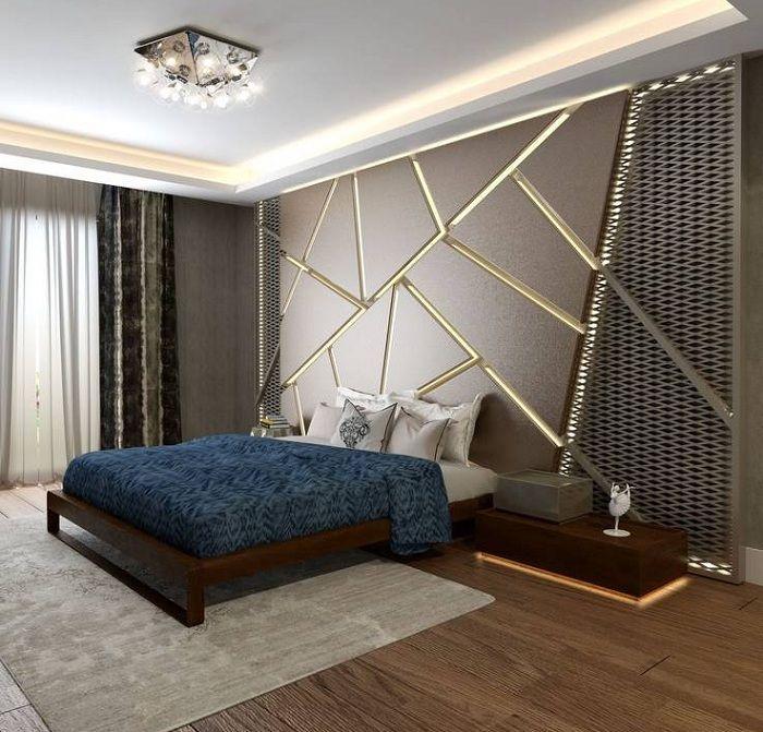 Sypialnia została przekształcona w fajne łóżko na drewnianej platformie, tworząc niezwykłe wnętrze.
