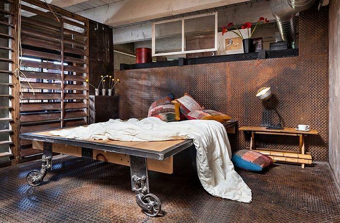 Oryginalne wnętrze sypialni z niesamowitym łóżkiem na platformie.