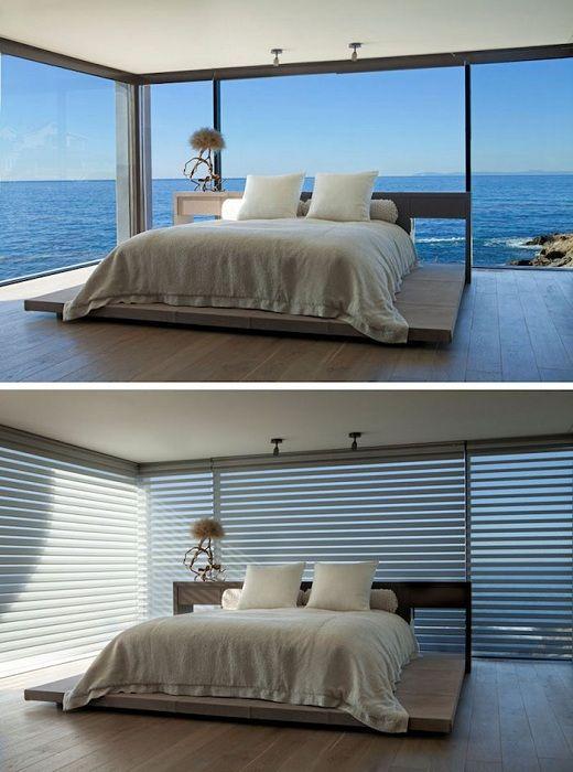 Świetny projekt sypialni z łóżkiem na drewnianej platformie i pięknym widokiem.