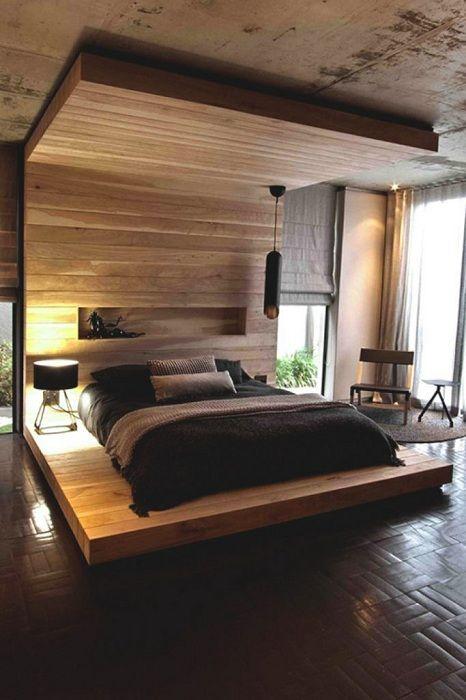 Sypialnia jest pięknie urządzona z łóżkiem na drewnianej platformie.