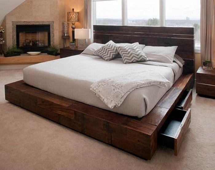 Świetny projekt sypialni z pięknym i praktycznym łóżkiem na drewnianej platformie.