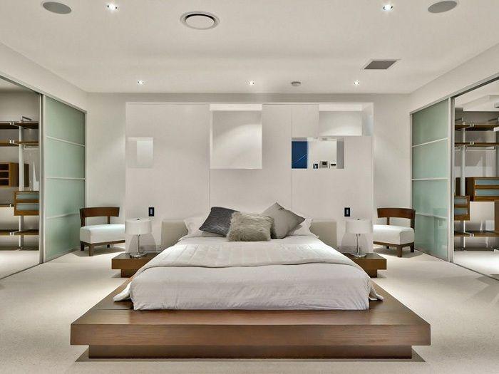Piękne jasne wnętrze sypialni, które będzie inspirować niestandardowym łóżkiem.