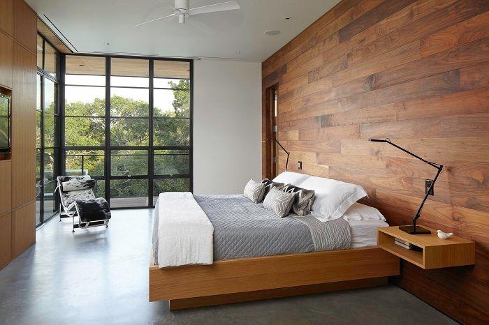 Fajny przykład dekoracji wnętrza sypialni przy użyciu oryginalnego łóżka.