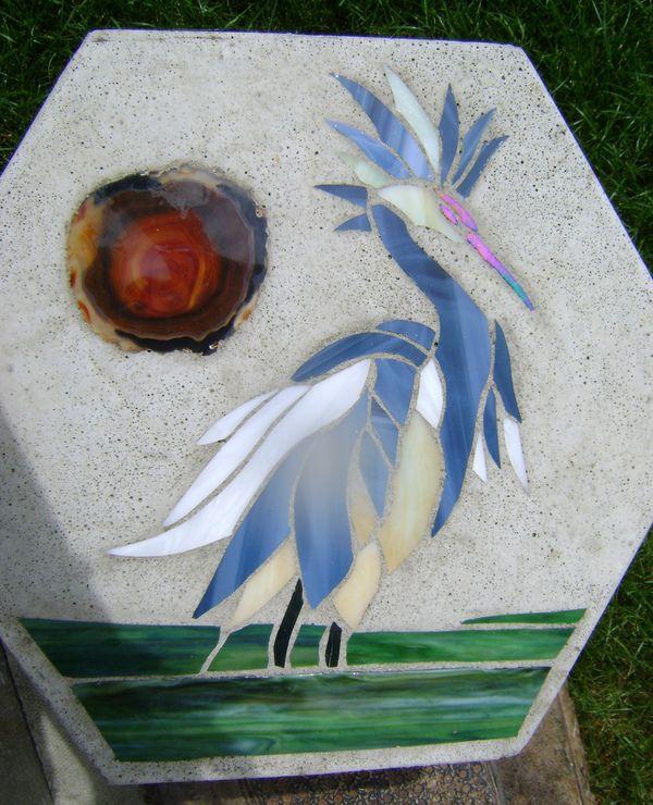 Dessin d'un oiseau sur une table en béton