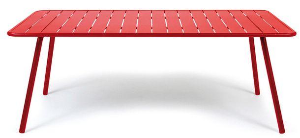 Невысокий ярко-красный металлический столик