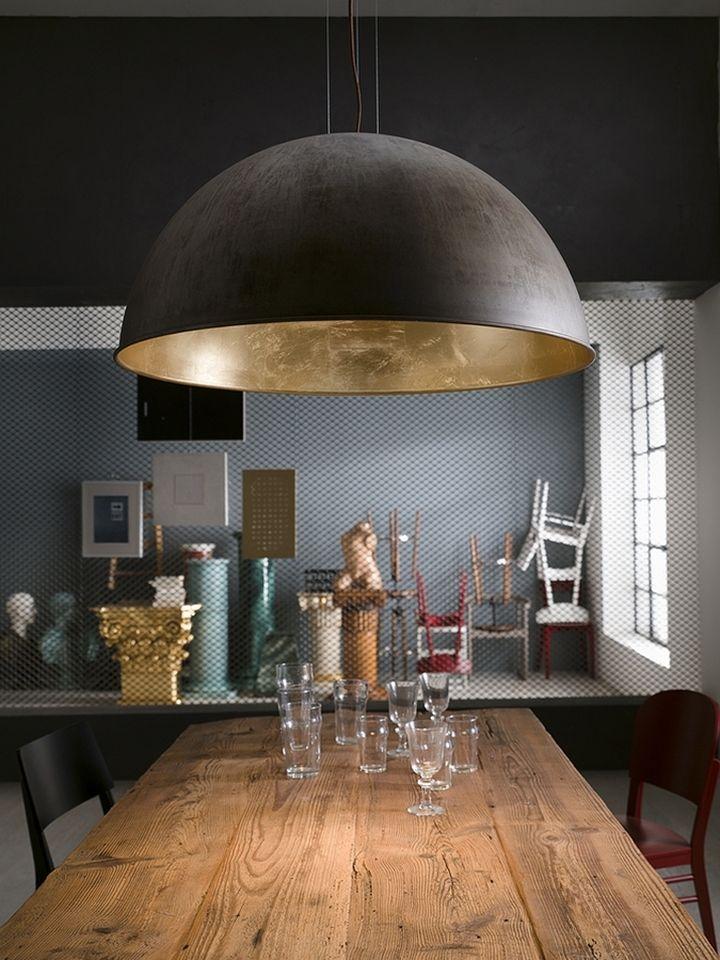 Латунный подвесной светильник Galileo в форме полусферы в интерьере столовой