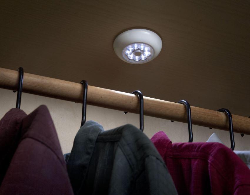 Интерьер гардеробной с организацией освещения Fulcrum 30015 9-LED