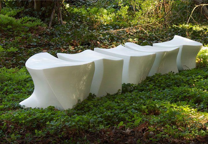 Лека бетонна пейка на тревата