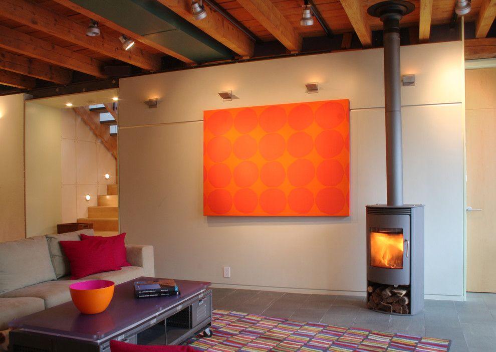 Настенные светильники в интерьере гостиной у камина