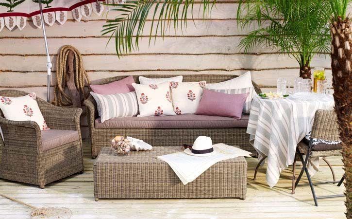 Плетена мека мебел и странична маса