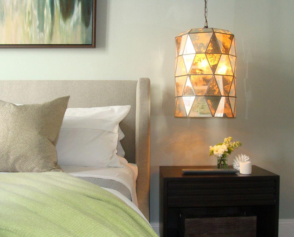 Круглая подвесная лампа в интерьере спальни