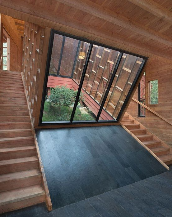 Внутри дом обшит натуральной древесиной.