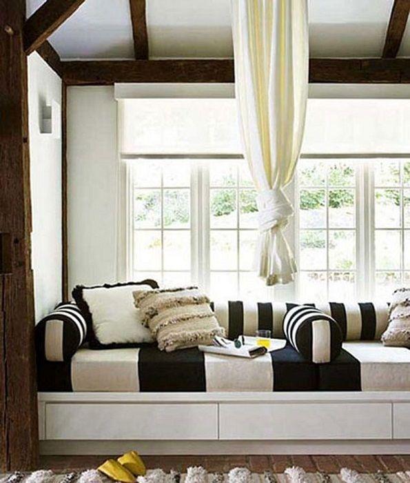 Doskonała dekoracja pokoju wspaniałą sofą, która znajduje się na parapecie.