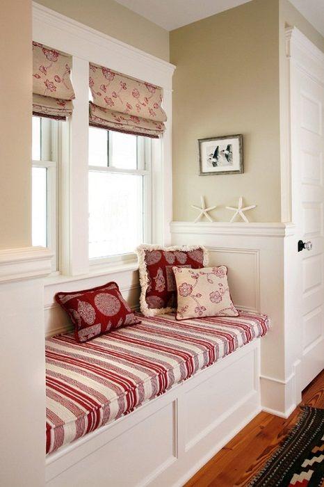 Bardzo praktyczna dekoracja wnętrza w ciekawej biało-czerwonej tonacji.