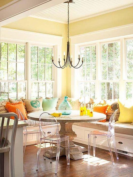 W chłodną jesienną porę roku można odmienić wnętrze, umieszczając w nim sofę na obwodzie pomieszczenia.