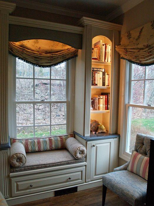 Jedna z najlepszych opcji dekoracji przestrzeni w pokoju poprzez umieszczenie w nim sofy na oknie.