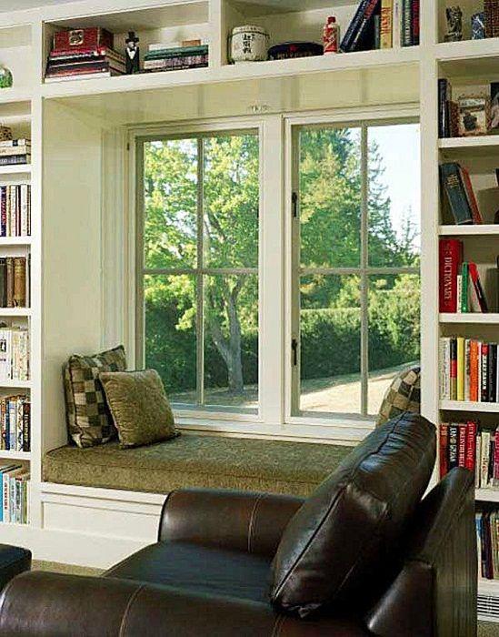 Oryginalne wnętrze pokoju z fajną kanapą przy oknie, która będzie darem niebios.