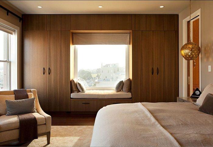Oszałamiające wnętrze w czekoladowych odcieniach z oryginalną sofą na parapecie, którą pokochasz.