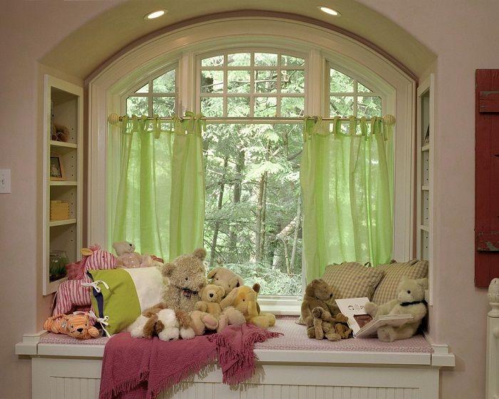 Ciekawe rozwiązanie do dekoracji wnętrza pokoju dziecięcego przytulnym parapetem.
