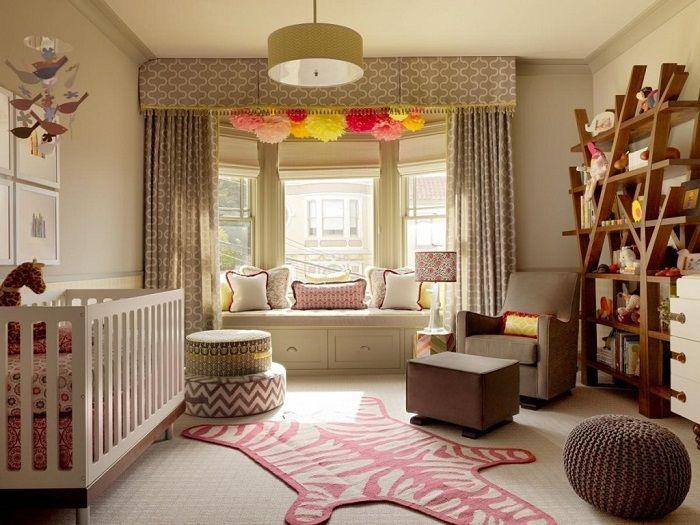 Piękne wnętrze pokoju powstało dzięki oryginalnemu projektowi siedziska przy oknie.