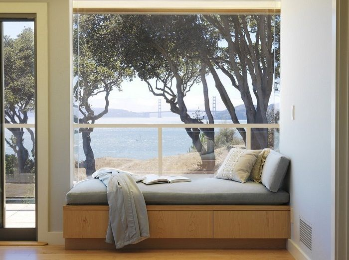 Doskonałe rozwiązanie do przekształcenia wnętrza pokoju za pomocą parapetu z sofą.