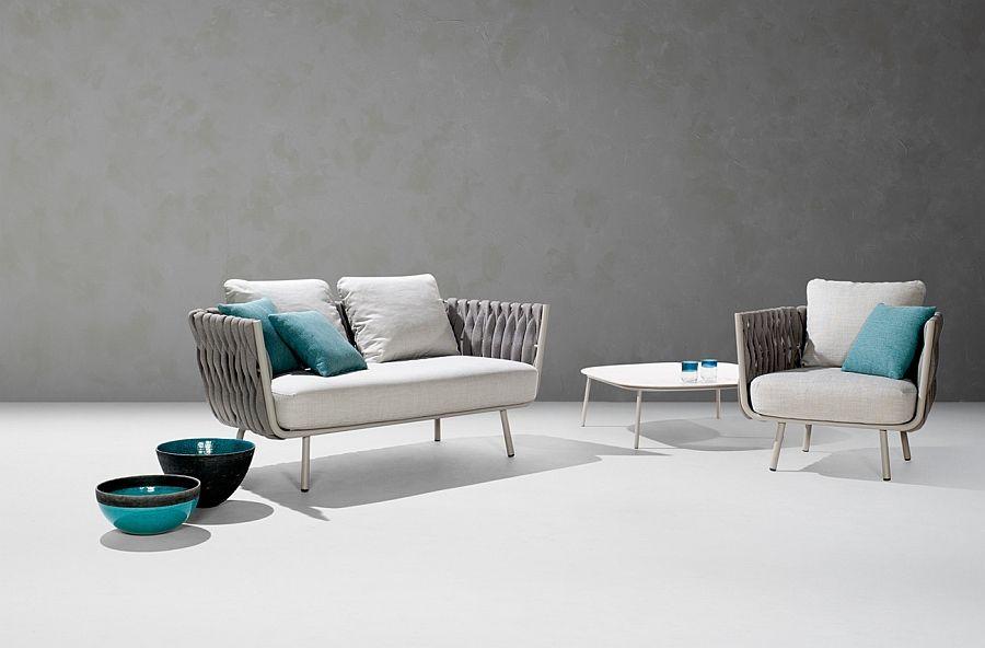 Sjarmerende sofa, lenestol, bord og vaser