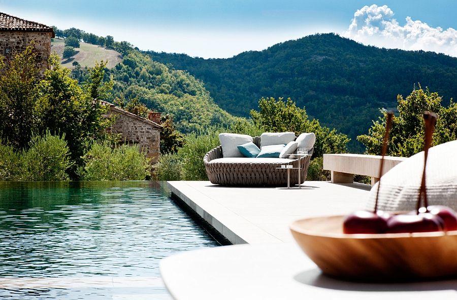 Flott sofa og drikkebord for bassengområdet