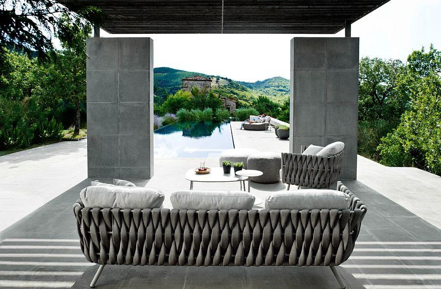Utmerket sofa, lenestol og bord på terrassen