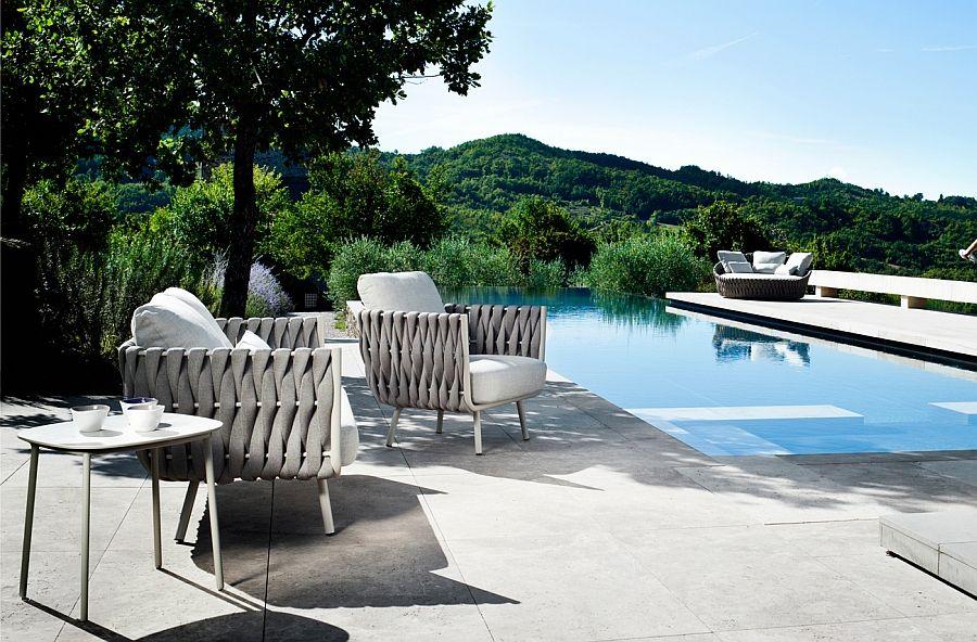 Flettstoler og trebord for bassengområdet