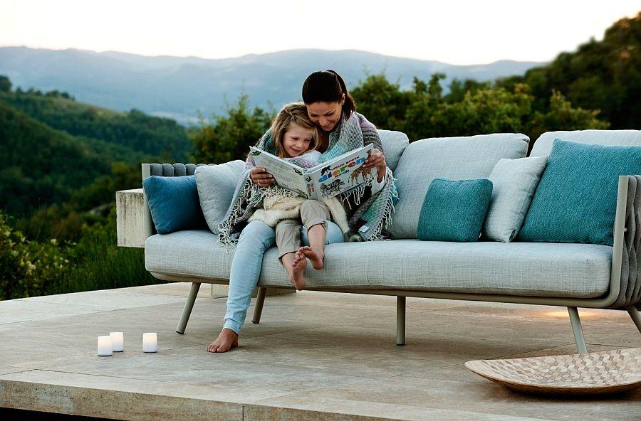 Luksuriøs sofa med sett med puter på terrassen