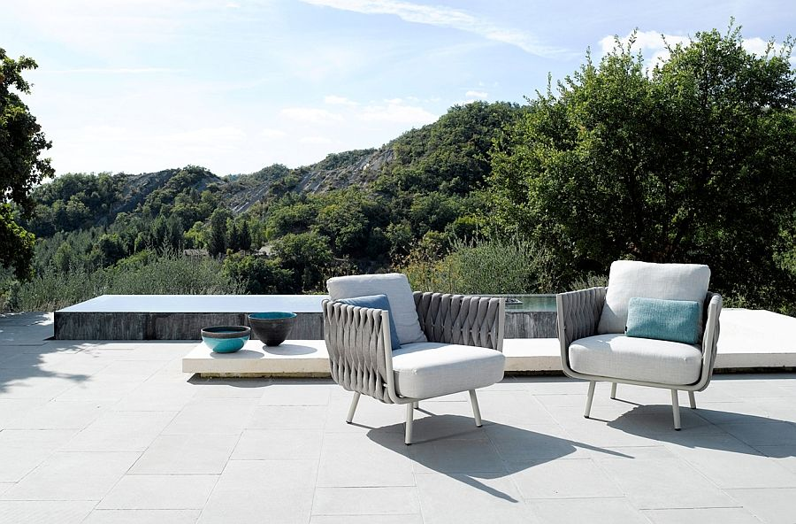 Kule stoler på terrassen med dekorative elementer