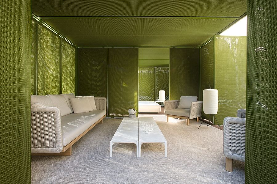Бял диван, фотьойли и лампи на терасата