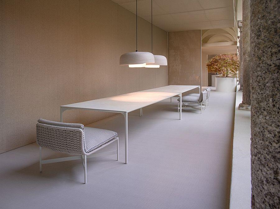 Незабравими столове, маси и лампи на терасата