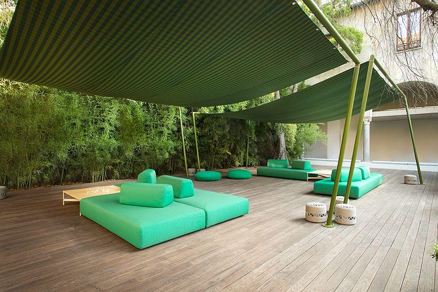 Красиви дивани и тахти на терасата